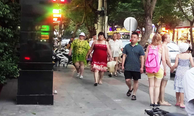 """Du khách Nga trên """"phố Tây"""" Nha Trang, chiều 30/6"""