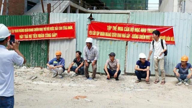 Nhiều người tụ tập tại chi nhánh công ty địa ốc Hoàng Quân tại Khánh Hòa đòi giao căn hộ. Ảnh: Cư dân HQC