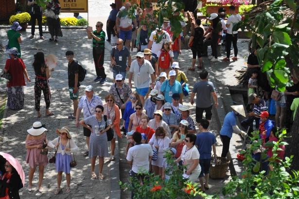 Lượng khách đến Tháp Bà Ponagar giảm nhẹ trong những ngày qua