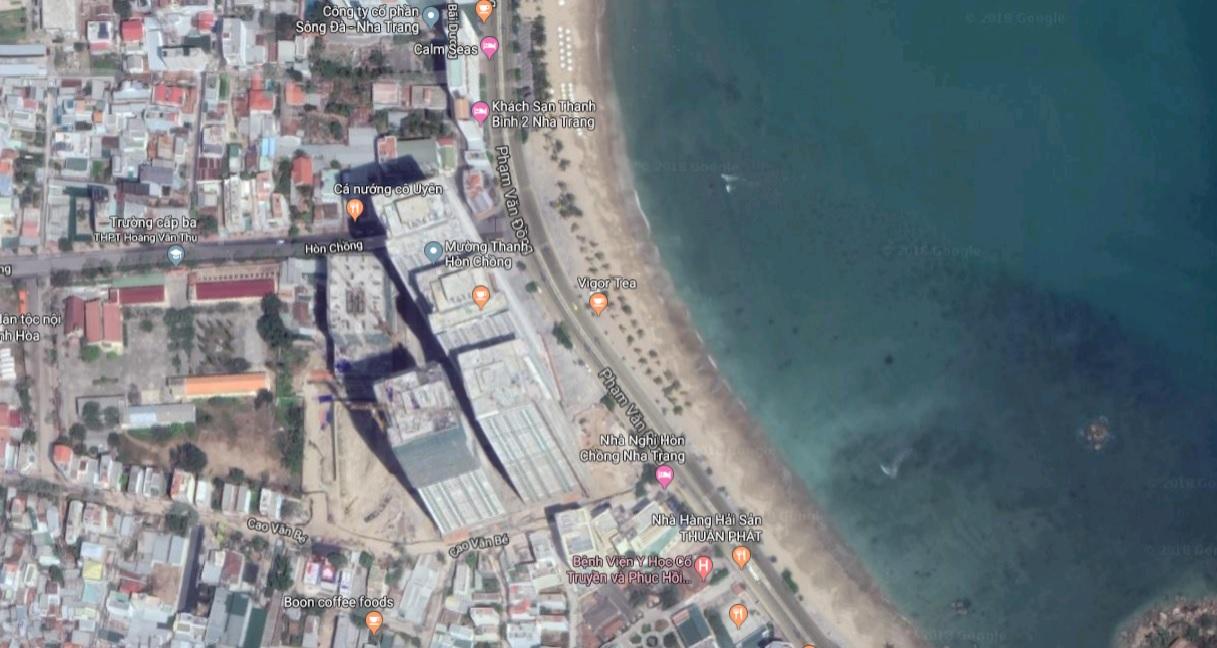 Cụm tổ hợp 5 tòa nhà hiện hữu cao 40 tầng của Mường Thanh Viễn Triều tại khu vực Hòn Chồng, nay đã bắt đầu xây dựng thêm tòa OC3, khiến không gian công cộng chung bị thu hẹp đáng kể