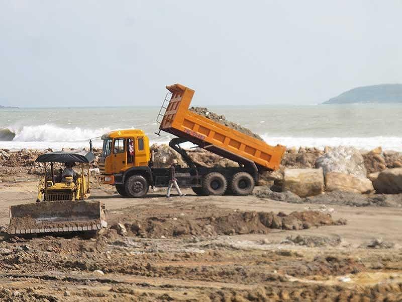 Dự án Nha Trang Sao ồ ạt lấp lấn vịnh Nha Trang trái phép.