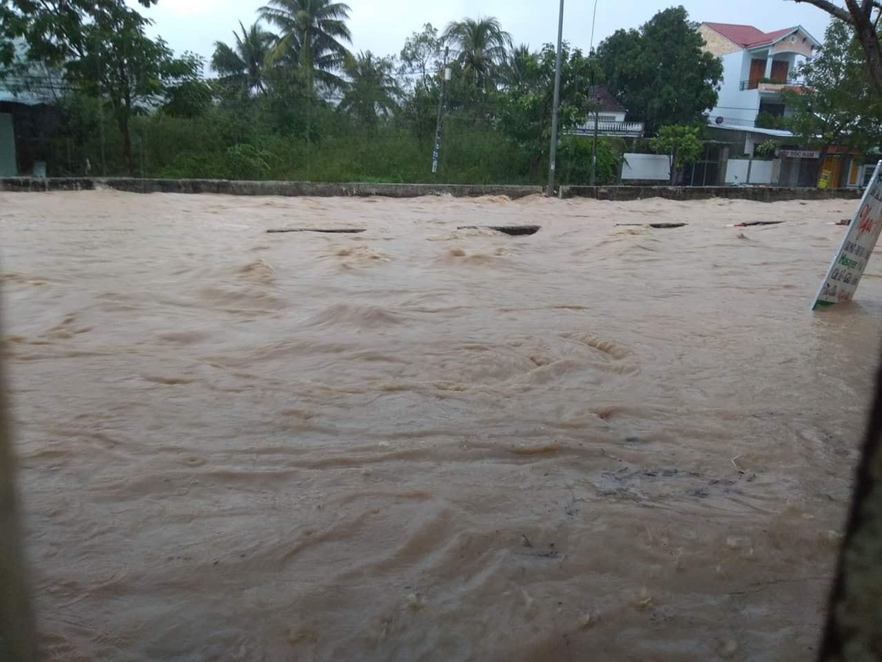 Nước ngập trên đại lộ Nguyễn Tất Thành trong cơn bão số 8 sáng 18/11