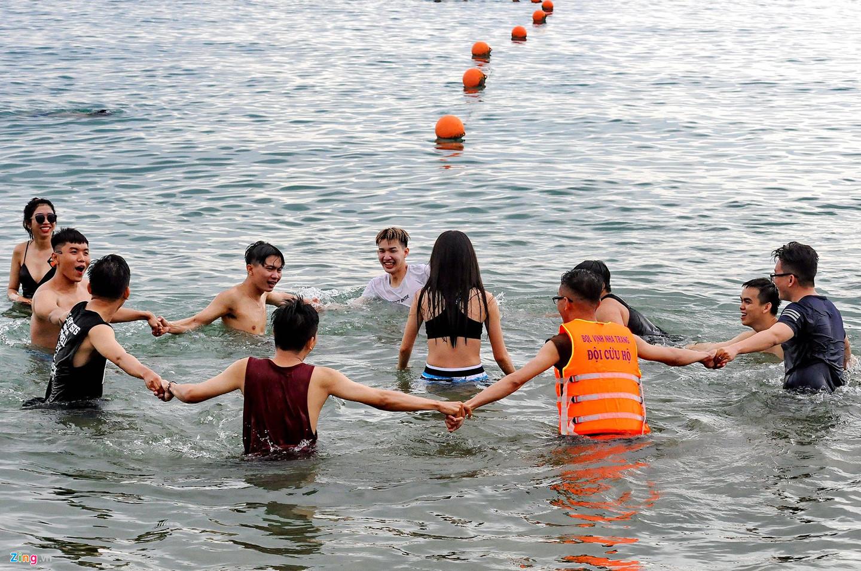 Bãi biển Nha Trang chật kín khách du lịch kéo dài 4km