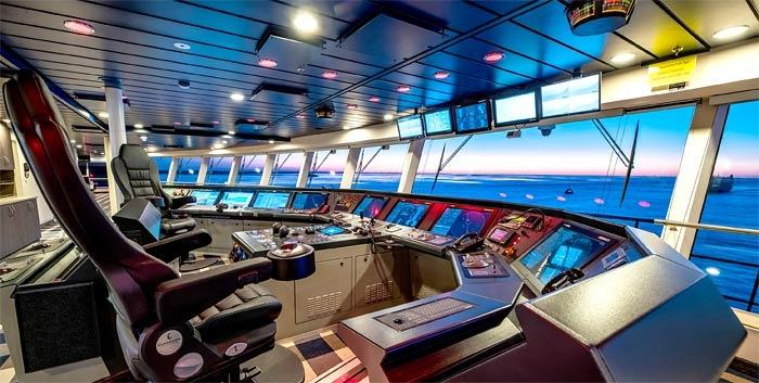 Bên trong phòng điều khiển du thuyền