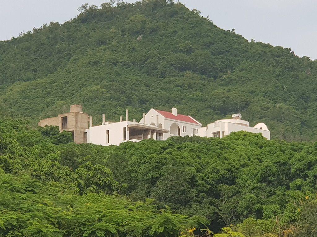 Những căn biệt thự nguy nga thuộc dự án khu biệt thự Đường Đệ Tâm Hương trên núi Cô Tiên