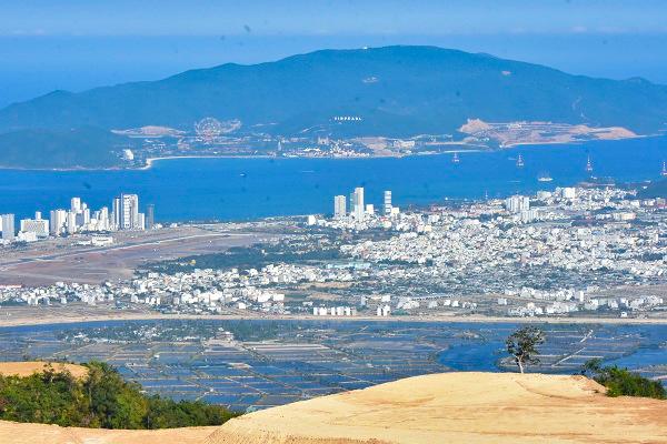 Từ dự án Cửu Long Sơn Tự trên đỉnh núi Chín Khúc nhìn về Vinpearl Land