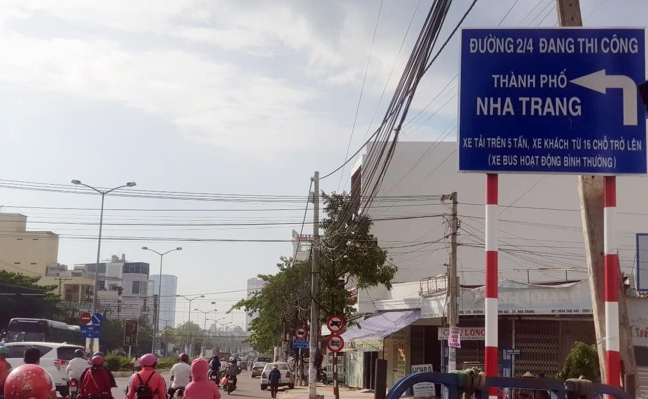 Đường 2/4 Nha Trang đang thực hiện phân luồng giao thông tạm thời phục vụ thi công tuyến cống thoát nước mưa