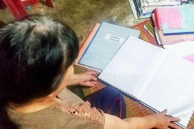 Bà Hồng đang đối mặt với nguy cơ vỡ nợ với những cuốn sổ ghi hụi