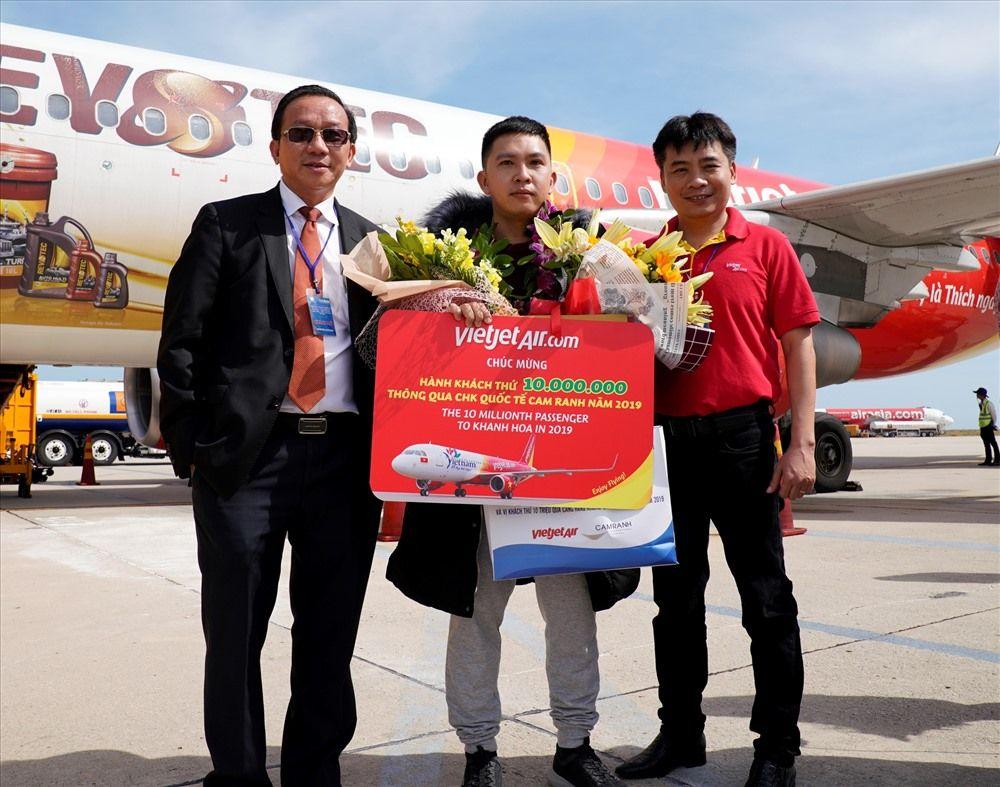 Vị khách thứ 10 triệu qua sân bay Cam Ranh được tặng hoa và phần quà đặc biệt