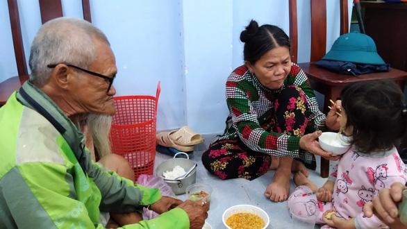 Bữa ăn vội của gia đình ông Nguyễn Văn Khuê (74 tuổi) trước khi bão đến
