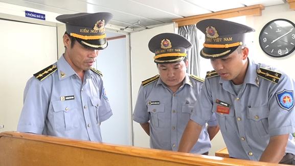 Cán bộ, thủy thủ Tàu KN463 lên phương án tìm kiếm các tàu cá gặp nạn.