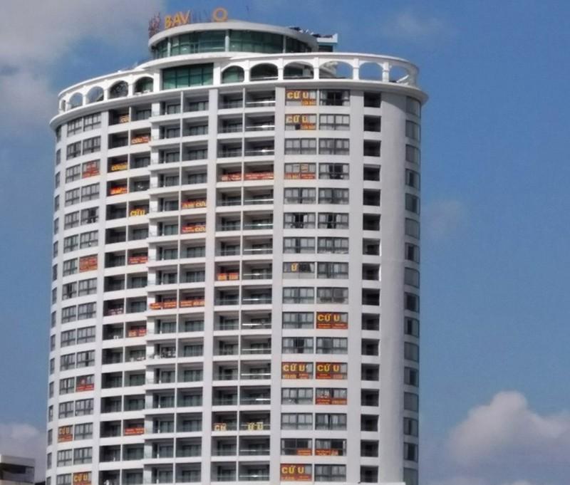 Khách sạn Bavico Nha Trang dày đặc băng rôn kêu cứu của khách hàng, tố cáo Đinh Tiến Sử lừa đảo. Ảnh: TL